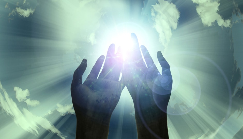 Zwei Hände, die sich gegen die Sonne strecken