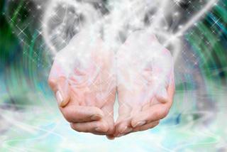 Schöpfende Hände in Energie getaucht