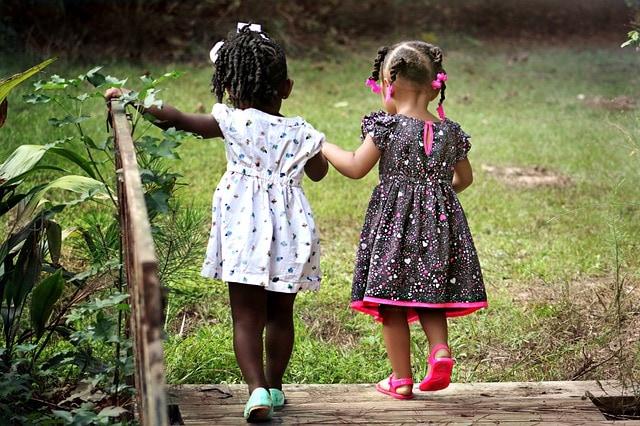 Zwei kleine Mädchen in süssen Kleidchen und Zöpfen