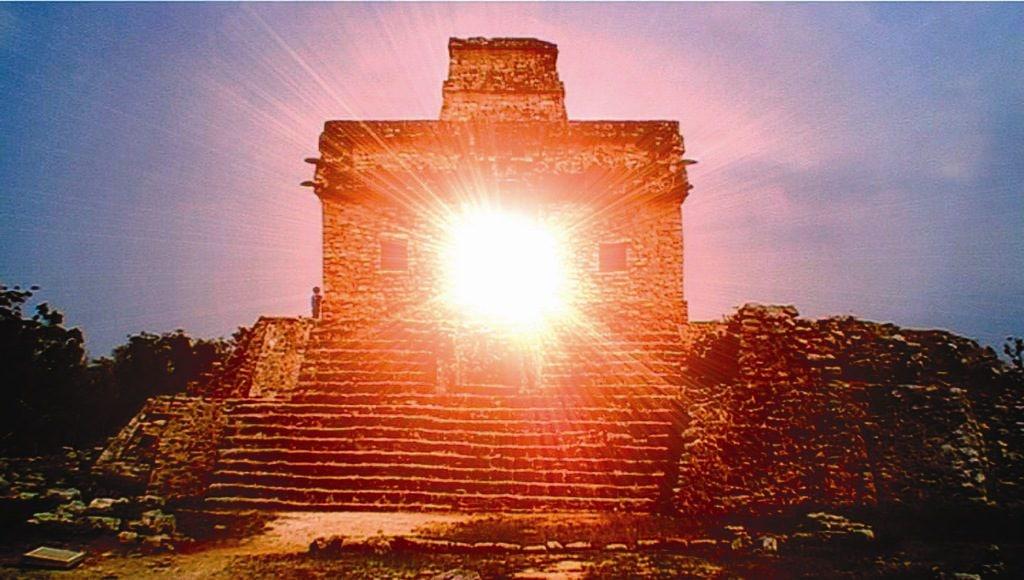 Maya Stätte Dzibilchaltun im Sonnenuntergang
