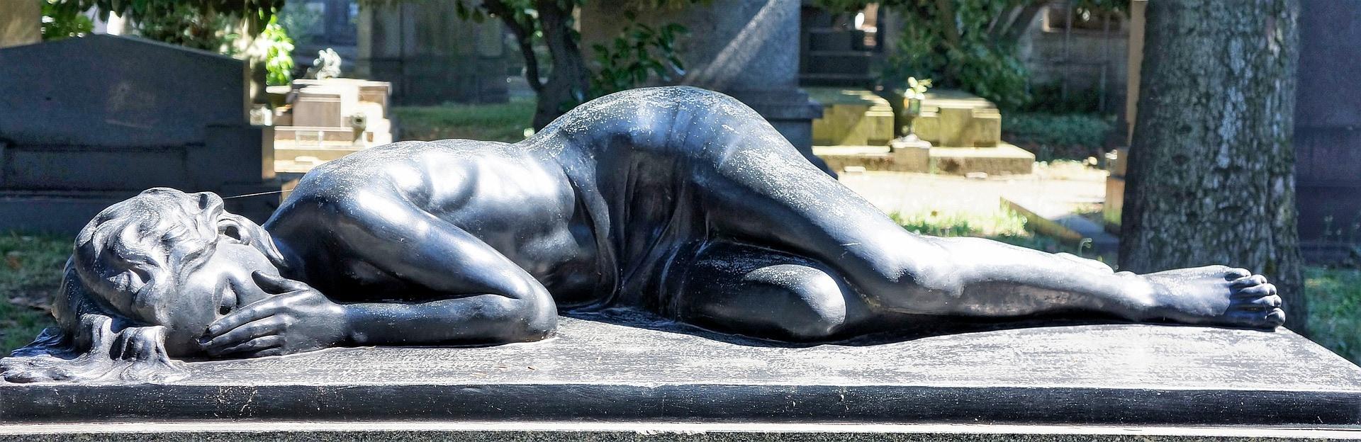 Frauenstatue trauernd liegend in Bronze auf Sockel