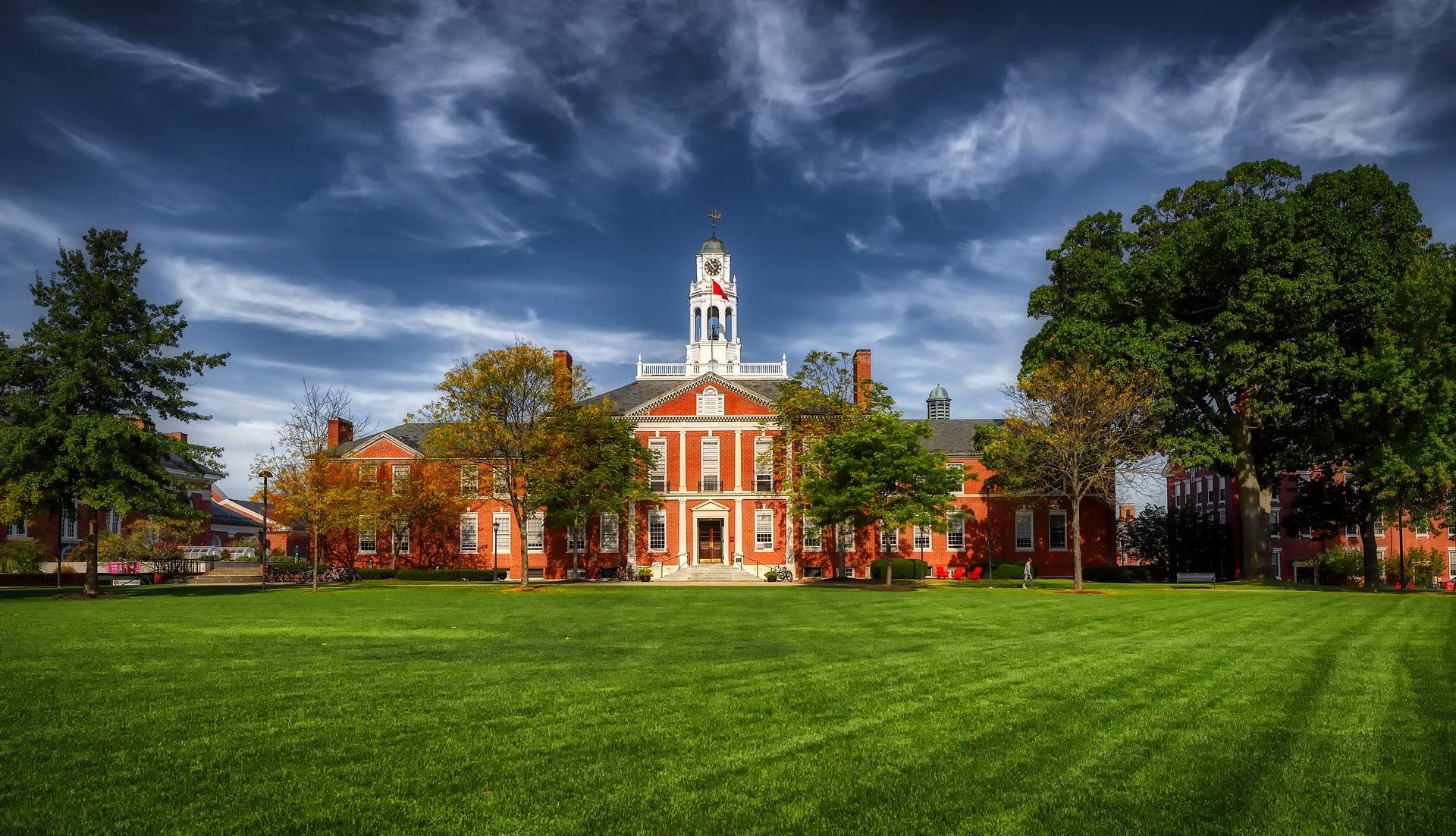 Schulgebäude mit Garten und blauem Himmel