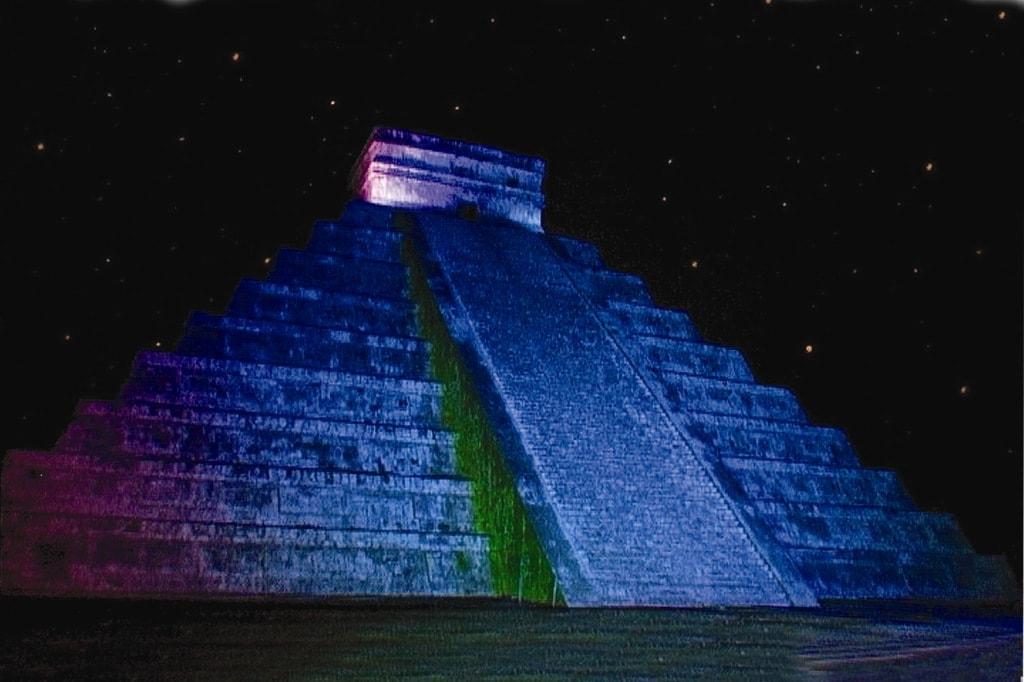 Die Pyramide von Chichen in blauem Licht