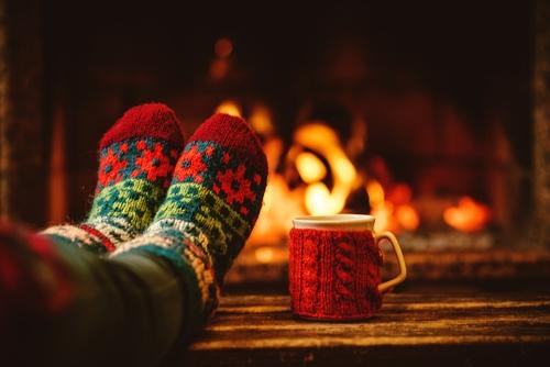 Wohlig mit warmen Socken und einer Tasse Tee